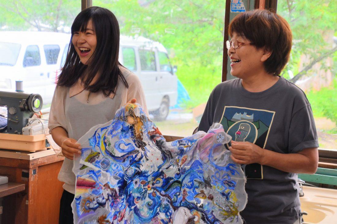 7月13日に行われたワークショップ。ともに作品を制作している島民の松田悦子さん(右)と