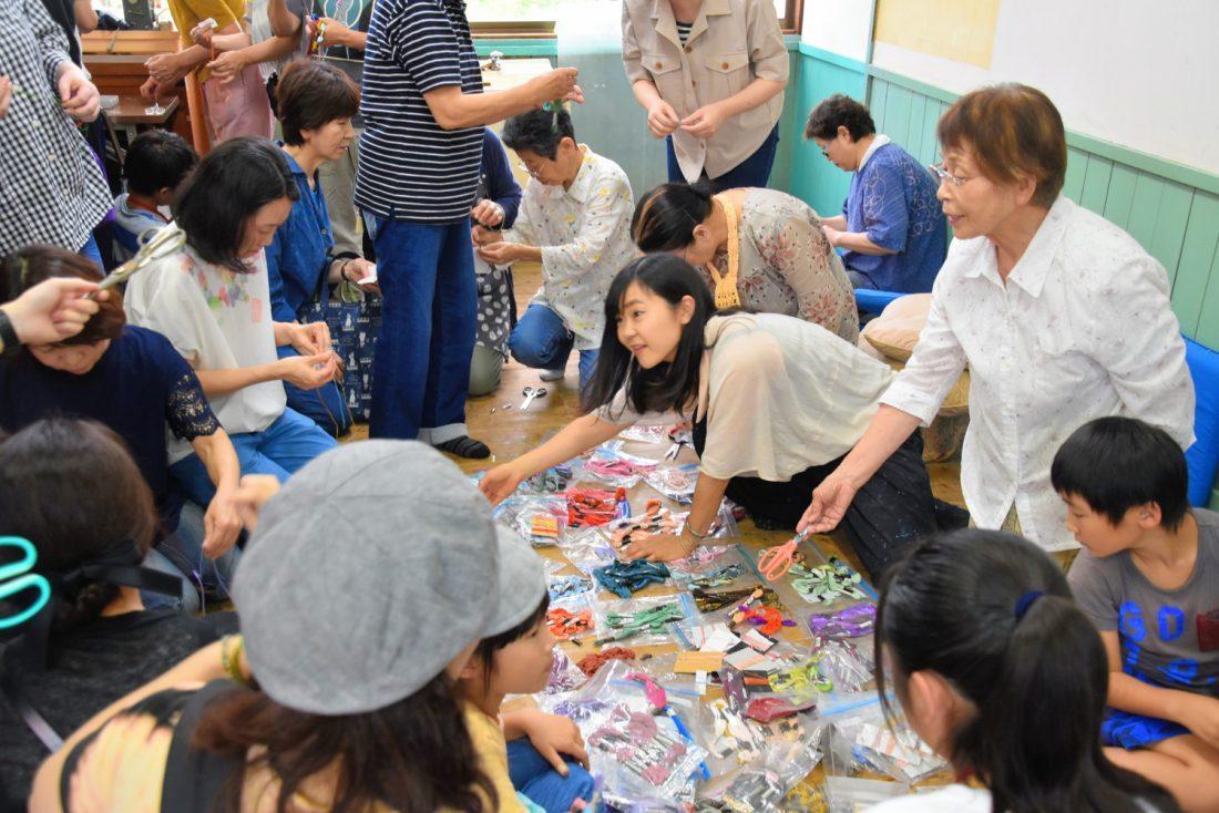 7月13日に行われたワークショップ。大小島さんはさまざまな場所で、作品の意味を伝えている