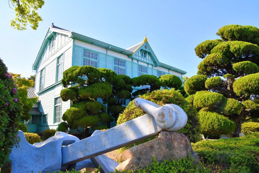 1897年につくられた日本初の海員養成学校の建物。現在は粟島海洋記念館として、観光客にも見学可能に